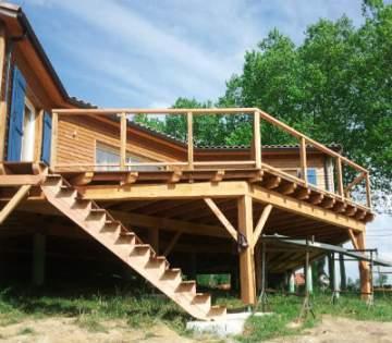 Construire une terrasse en bois sur pilotis à Cazères