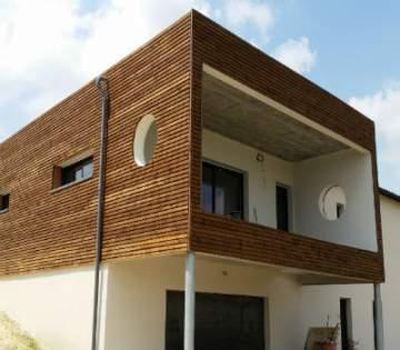 Comment poser un bardage en bois sur sa façade de maison à Boussens?