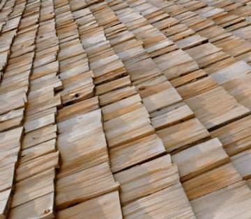 Comment poser des tuiles en bois sur sa toiture à Carbonne ?